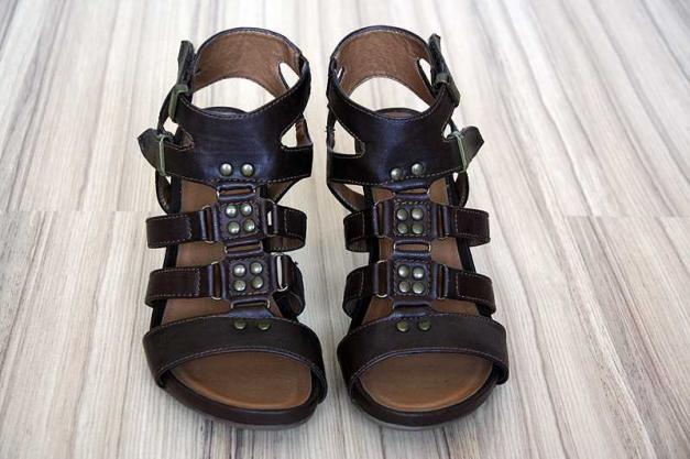 braune kunstleder sandalen mit nieten. Black Bedroom Furniture Sets. Home Design Ideas