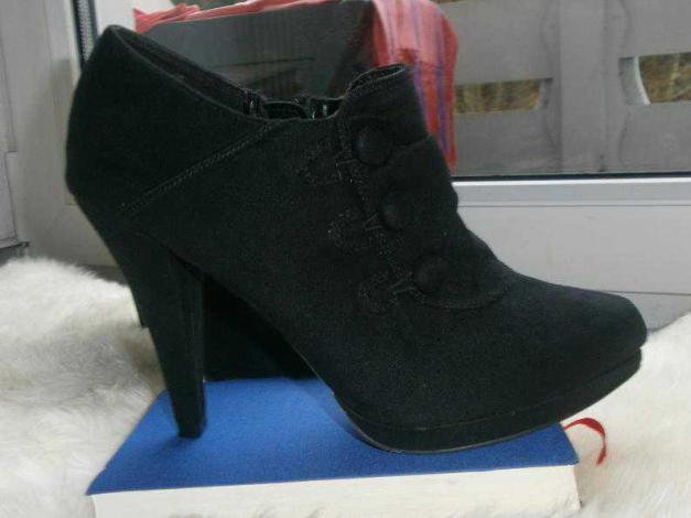 graceland schwarze ankle boots in wildlederoptik. Black Bedroom Furniture Sets. Home Design Ideas