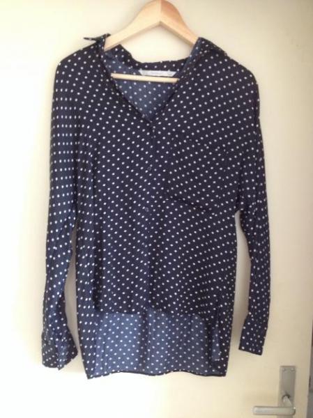 b1f4d8a4cb8f97 Blaue Bluse mit weißen Punkten von Zara/Größe S :: Kleiderkorb.de