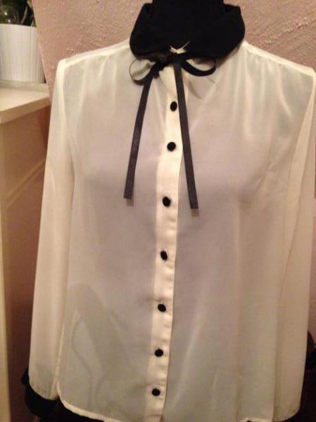 53febba9a6ee Wunderschöne weiße Bluse mit schwarzem Kragen Wunderschöne weiße Bluse mit schwarzem  Kragen ...