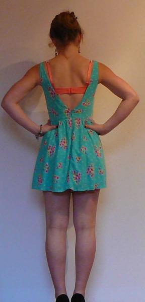 grünes Kleid mit Bumenmuster und Punkten von Hollister in ...