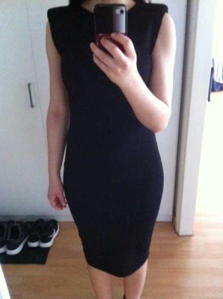 schwarzes enges knielanges kleid