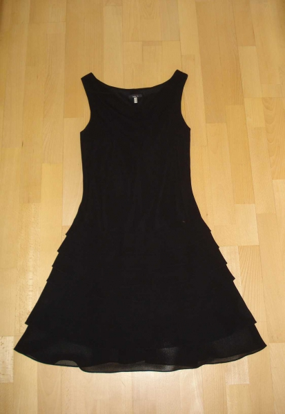 schlichtes schwarzes kleid aus edlem. Black Bedroom Furniture Sets. Home Design Ideas