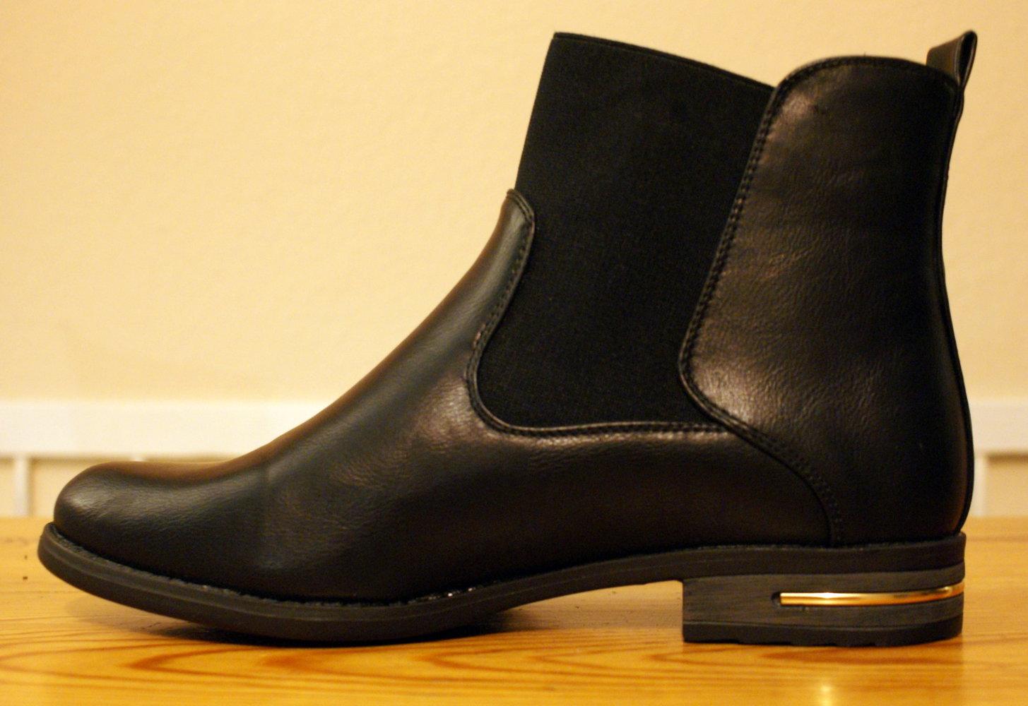 schwarze chelsea boots mit goldenen details. Black Bedroom Furniture Sets. Home Design Ideas