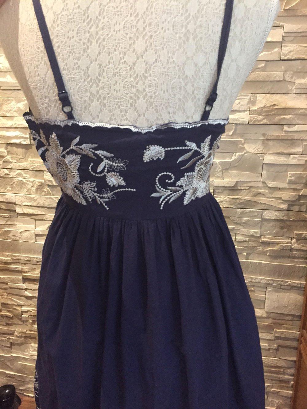 Blaues kleid mit blumenprint