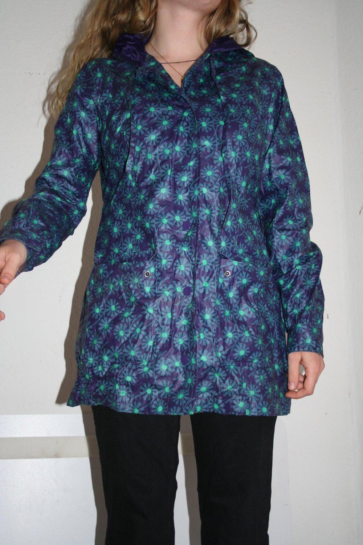 5bc83e45c5c317 Dunkelblaue Regenjacke von Ichi mit Blumenmuster :: Kleiderkorb.de