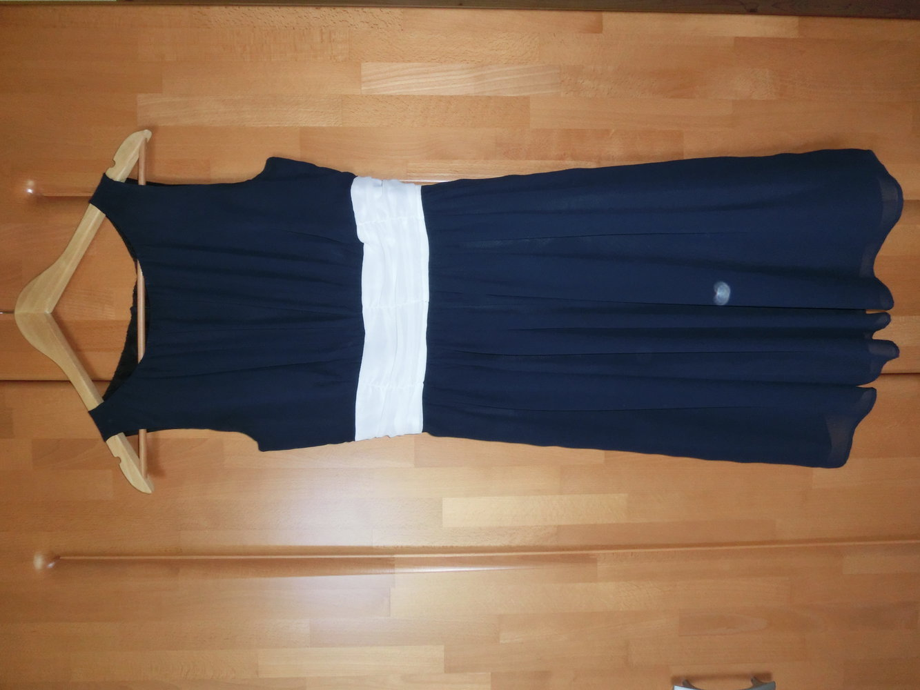 jake s blaues kleid mit wei em g rtel zum binden. Black Bedroom Furniture Sets. Home Design Ideas