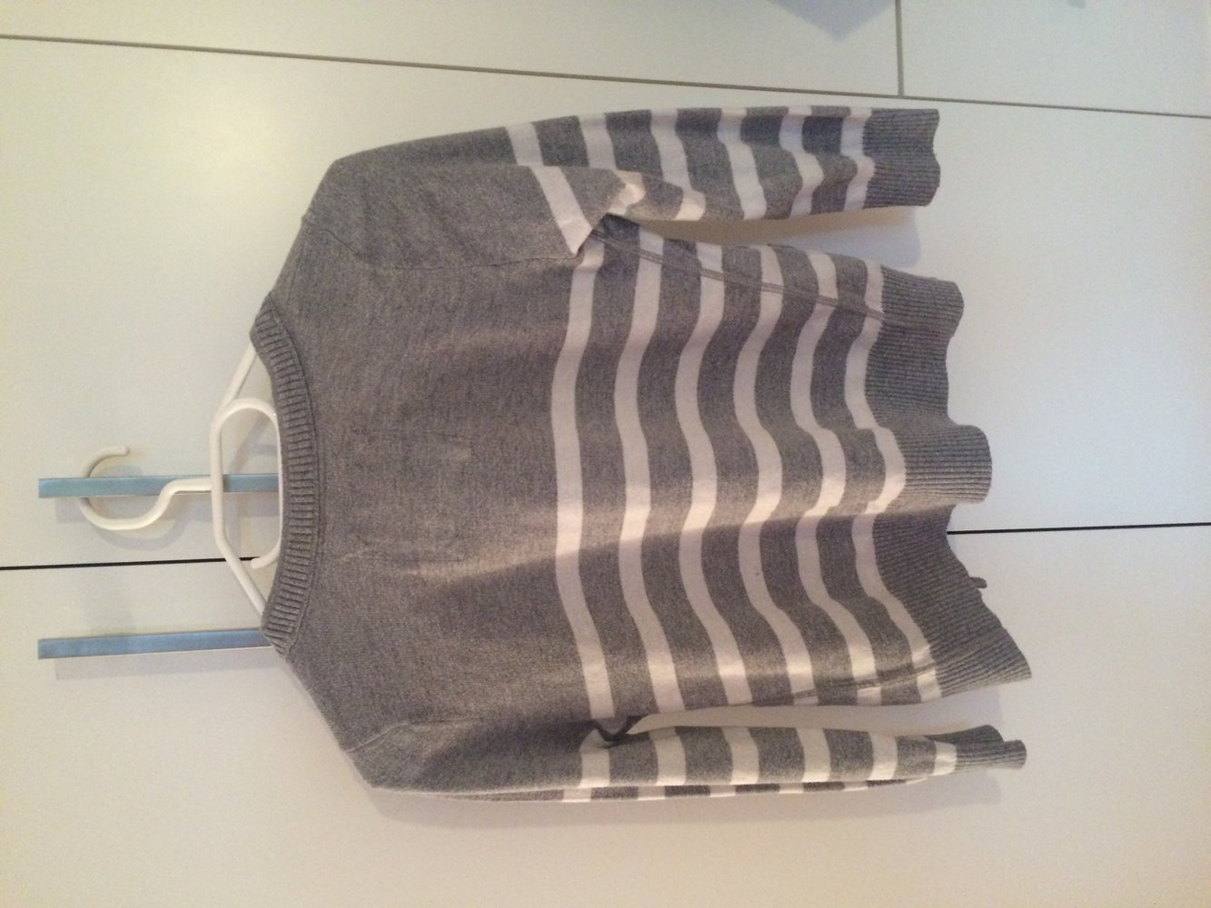 abercrombie fitch grau wei gestreifte strickjacke kurz. Black Bedroom Furniture Sets. Home Design Ideas