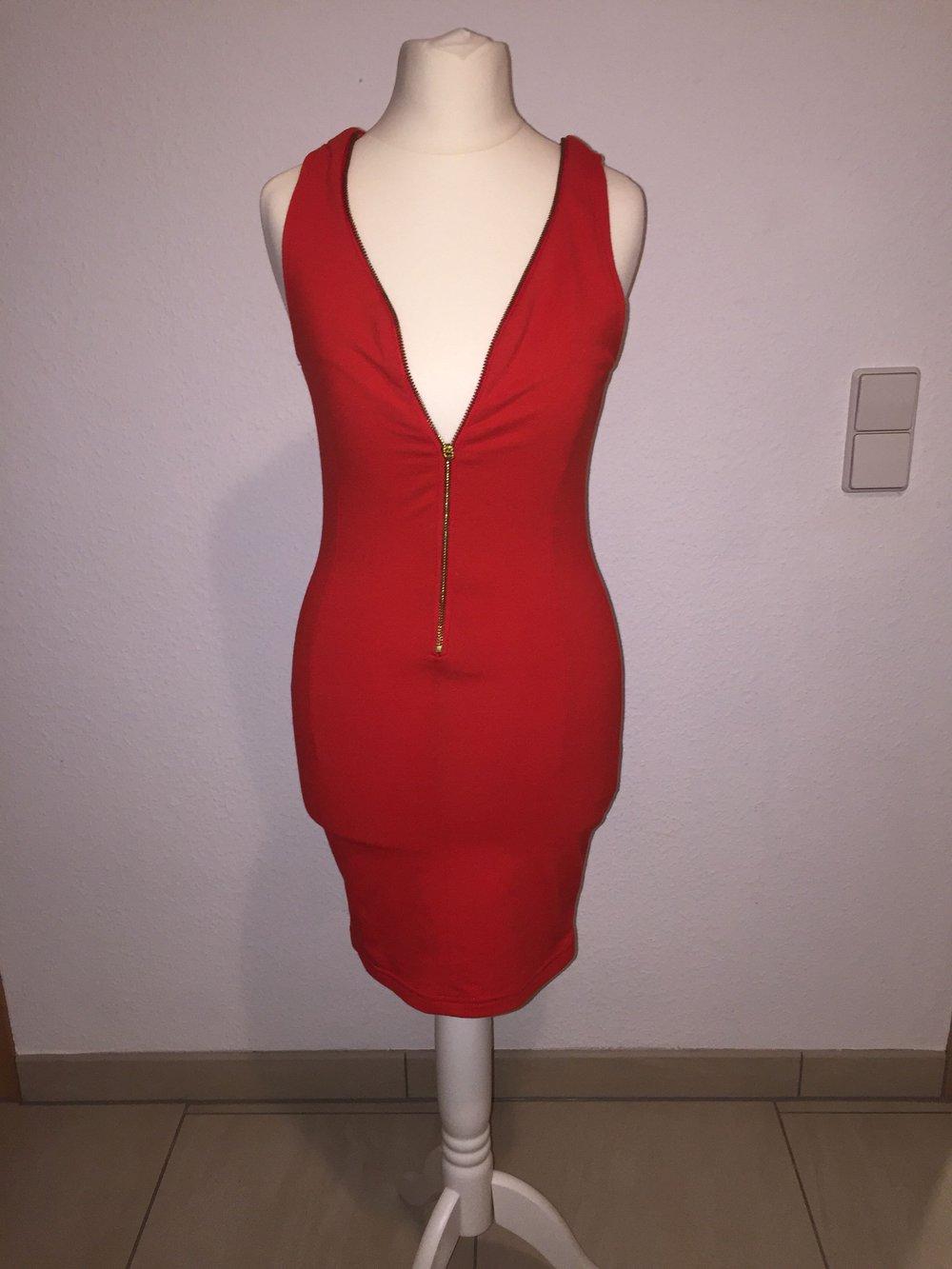 rotes enges kleid