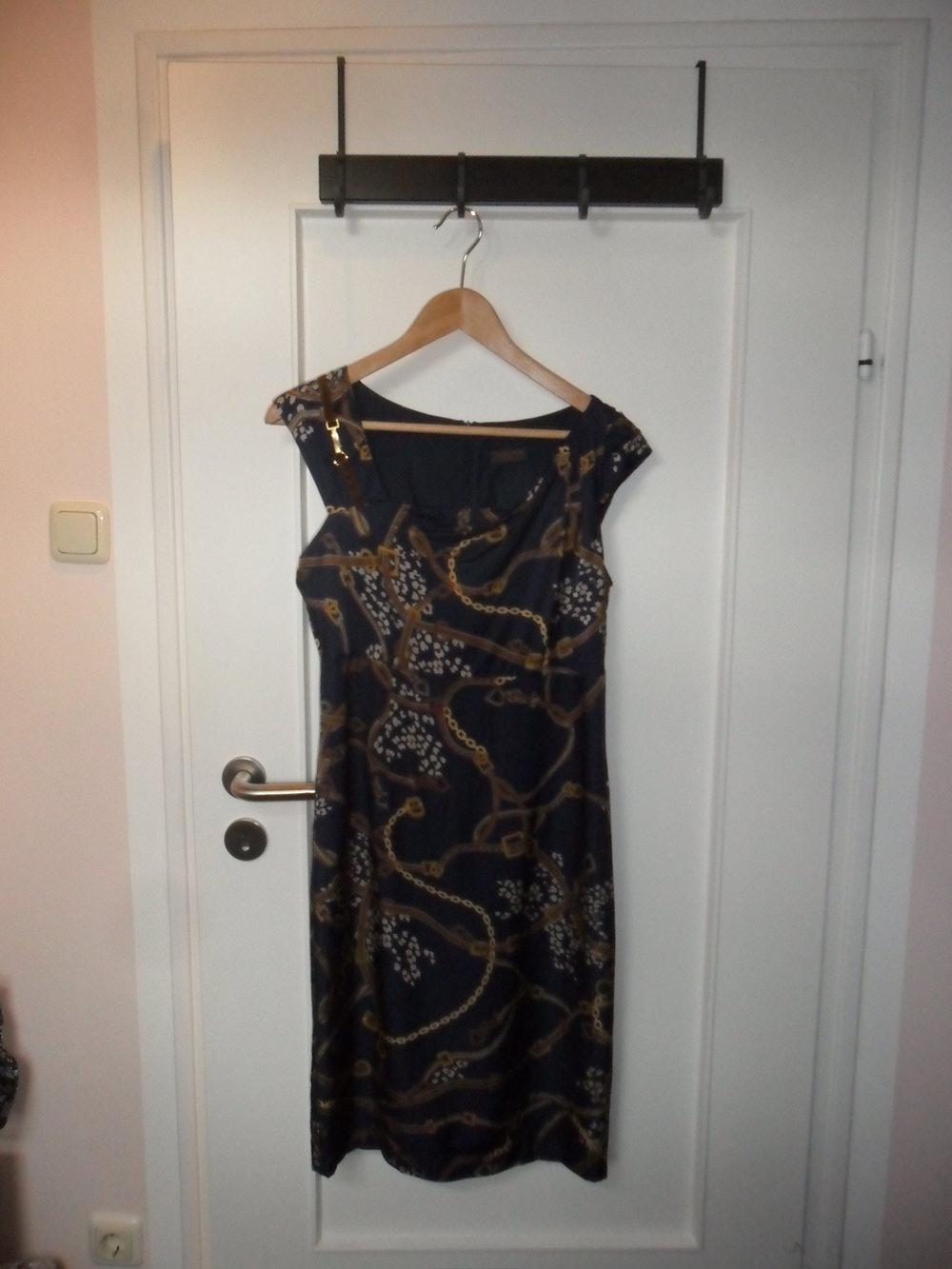 s oliver selection schickes kleid mit g rtel und kettenmuster satin hnlicher stoff. Black Bedroom Furniture Sets. Home Design Ideas