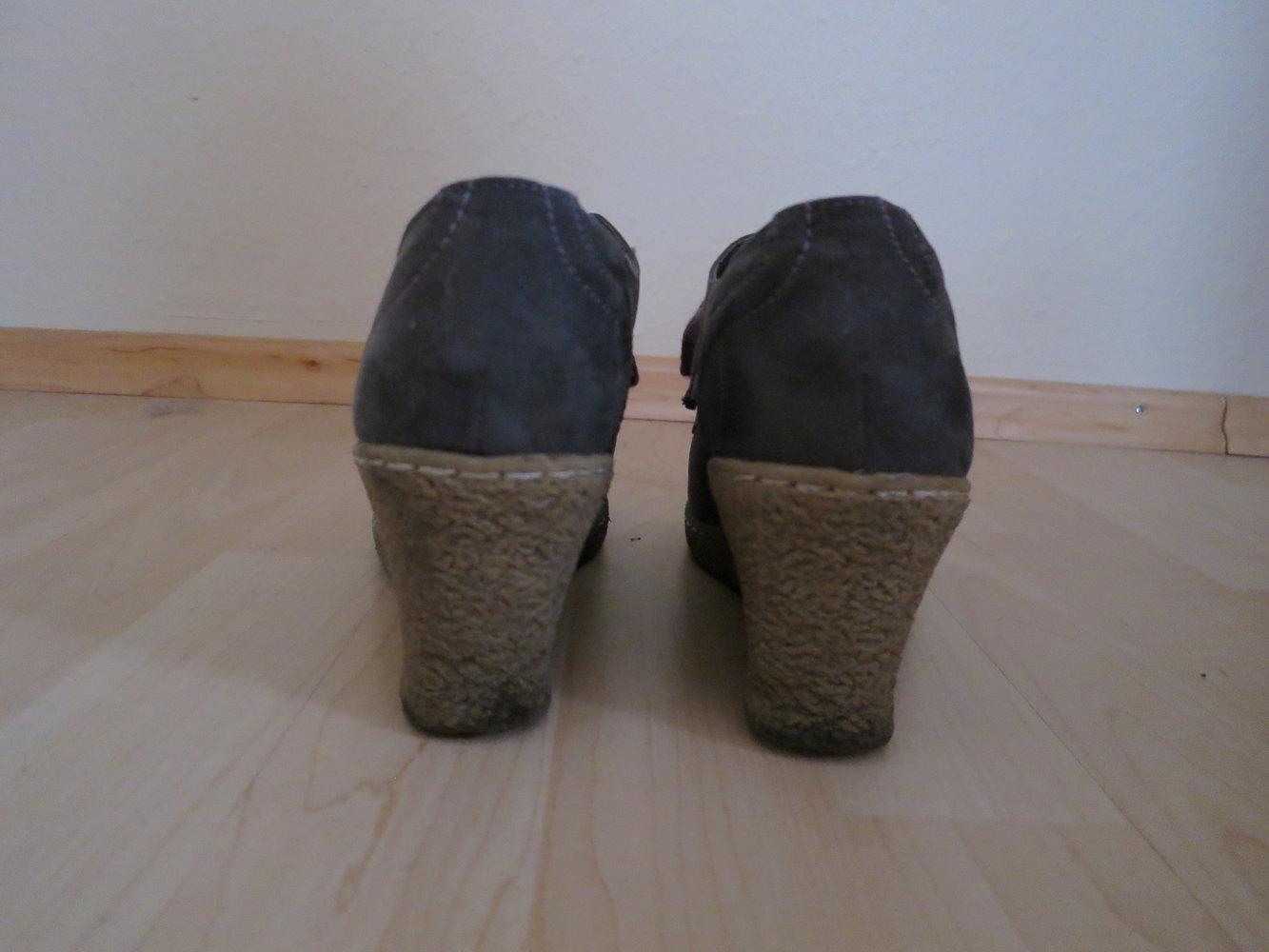 ... Keilabsatz-Stiefeletten in dunkelgrau mit lila Schuhbändeln, ... 1a19c8ae76