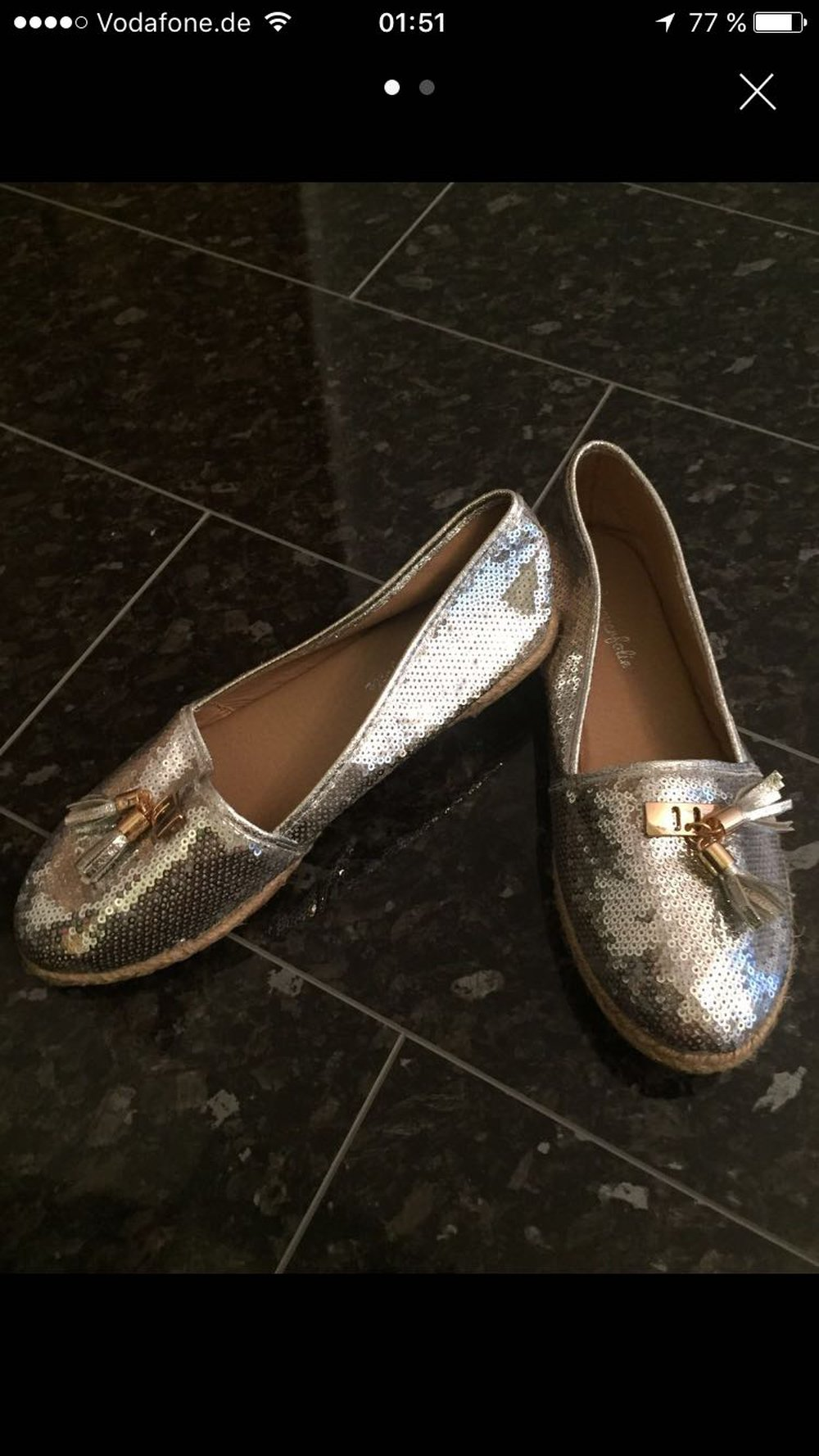 Peppa: Jetzt habe ich keine Schuhe mehr zum Anziehen. Mama: Na ja, Peppa, die Schuhe waren ja schon ganz rot alt Wir hätten gerne überall. Wir kaufen ein neues Paar.