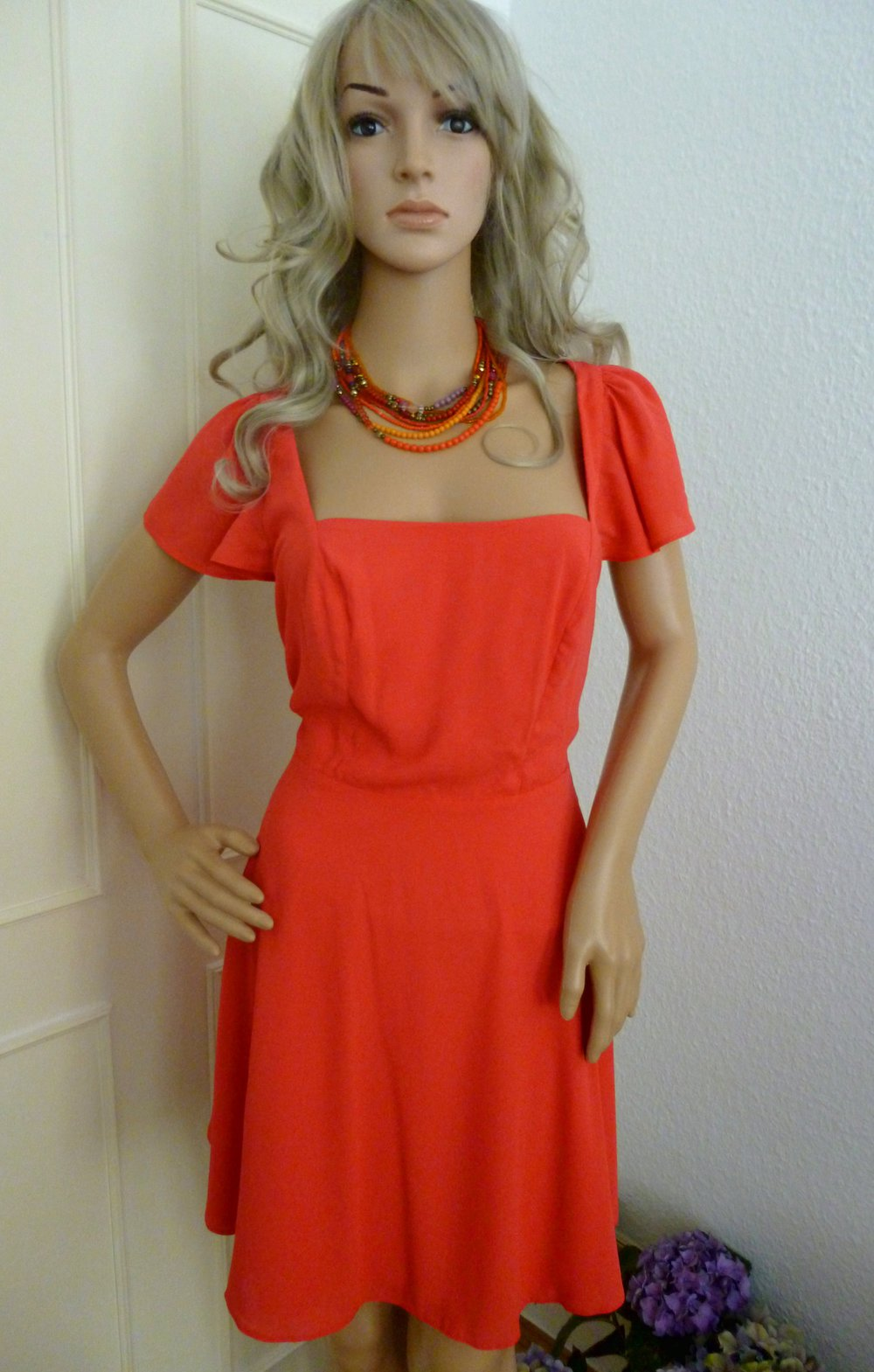 Korallfarbenes Kleid mit Dirndl Ausschnitt, Cut-Outs und Flatterärmeln