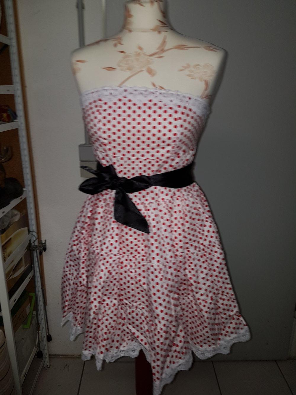 459eaaa88647 ... Kleid in weiß mit süßen Pünktchen Rockabella Rockabilly und schwarzem  Band ...