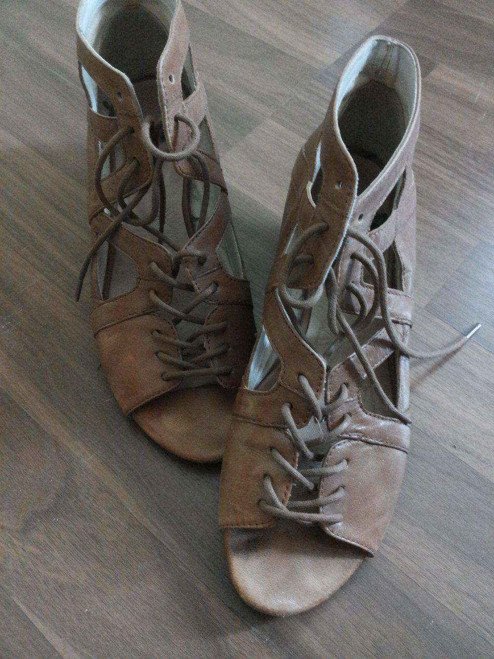 tolle sandalen zum schn ren mit etwas keilabsatz von. Black Bedroom Furniture Sets. Home Design Ideas