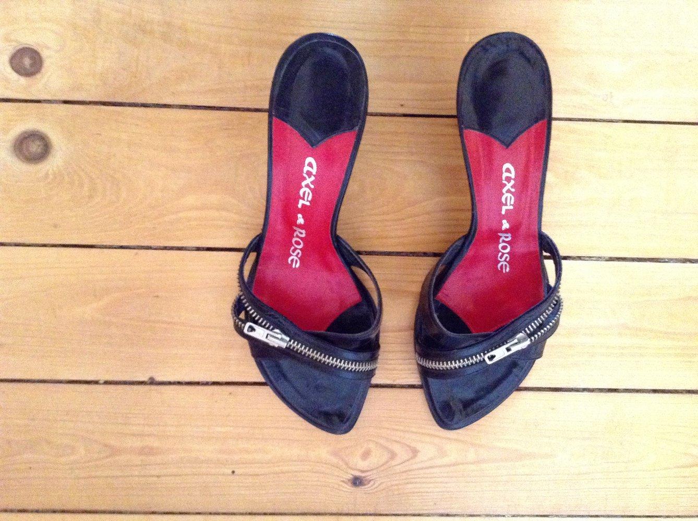 axel rose sandalen mit kleinem absatz und rei verschluss. Black Bedroom Furniture Sets. Home Design Ideas