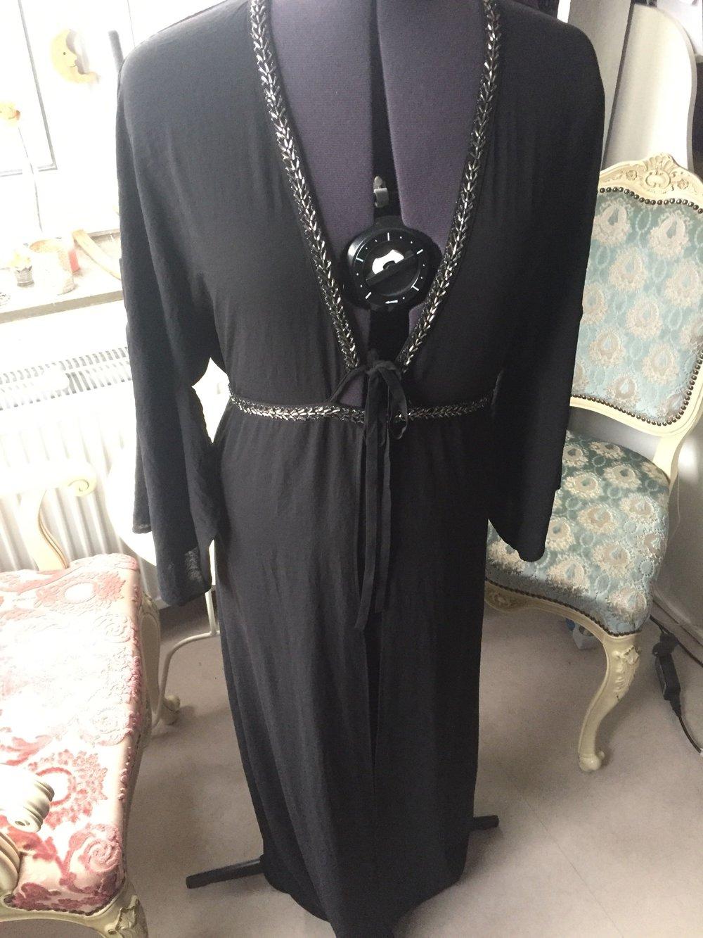 Schwarzes kleid mit perlen und ruckenausschnitt
