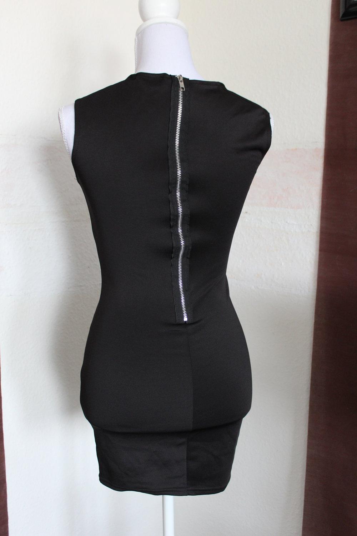 enges, schlichtes, schwarzes Kleid