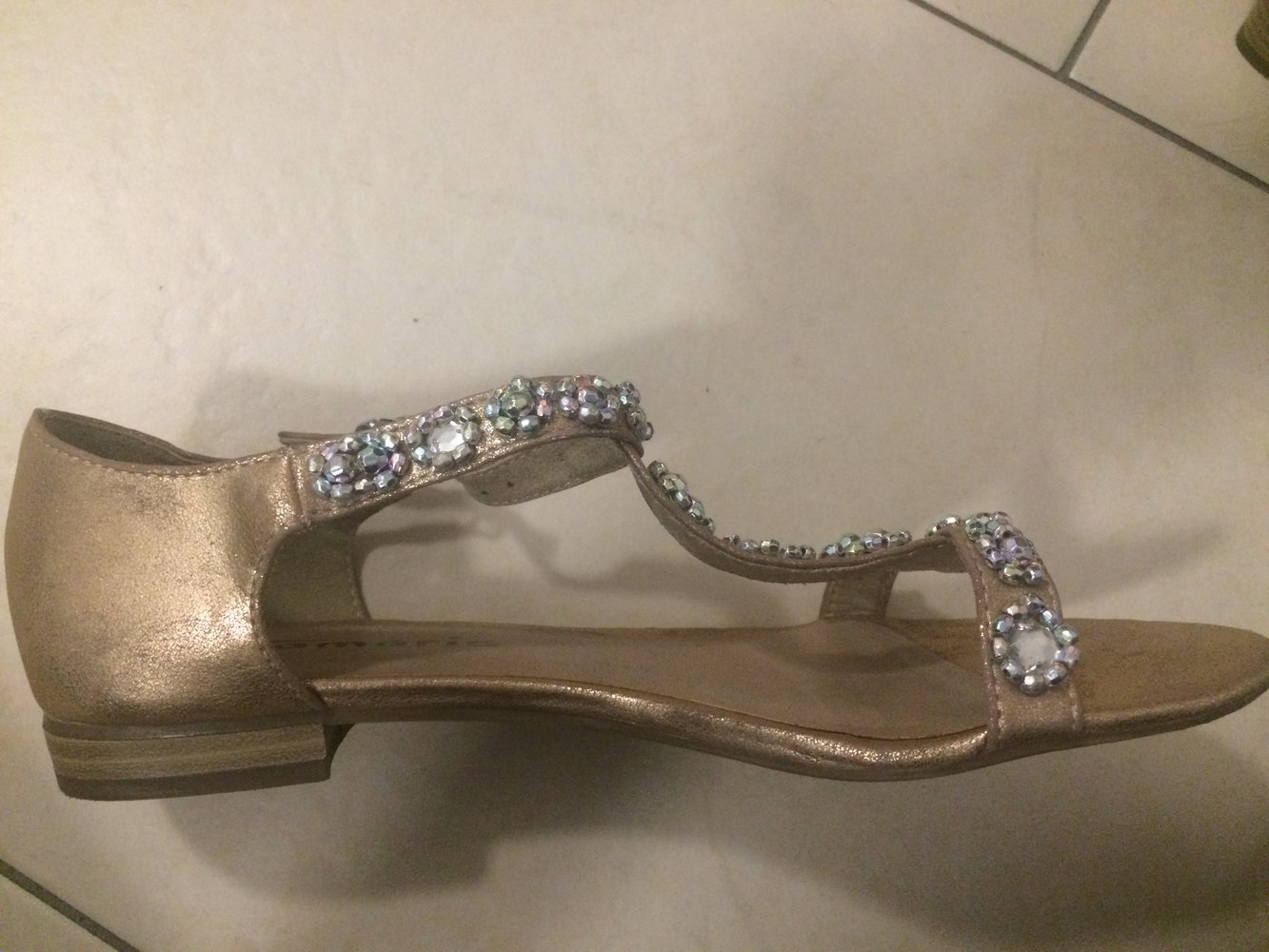 goldene Sandalen mit Steinchen Tamaris