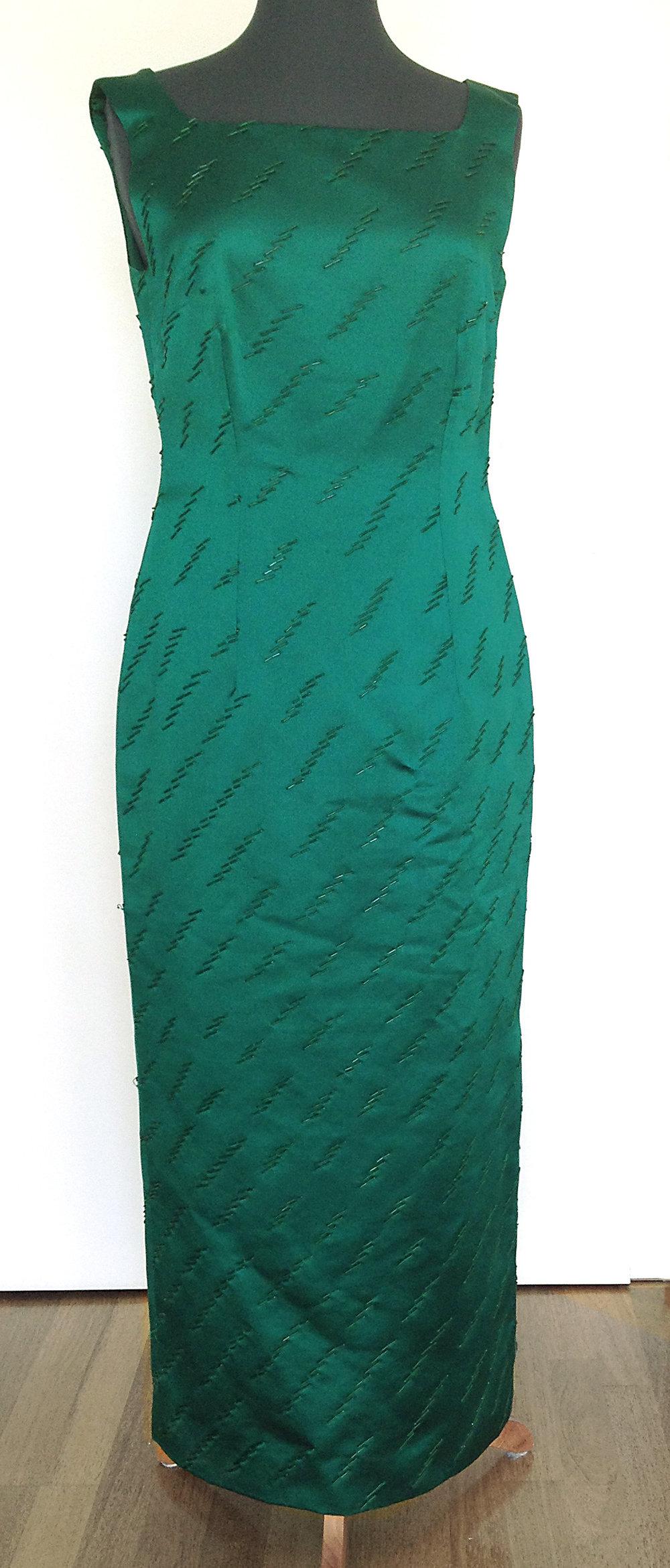 Smaragdgrünes Abendkleid mit Glasperlen bestickt