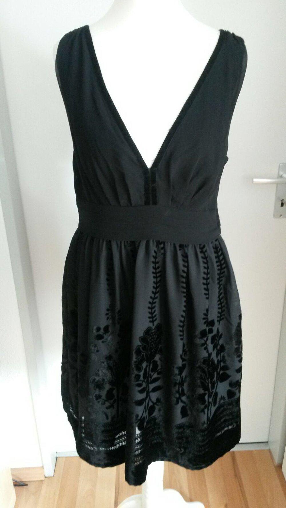 Schwarzes Kleid mit V-Ausschnitt vorne und hinten