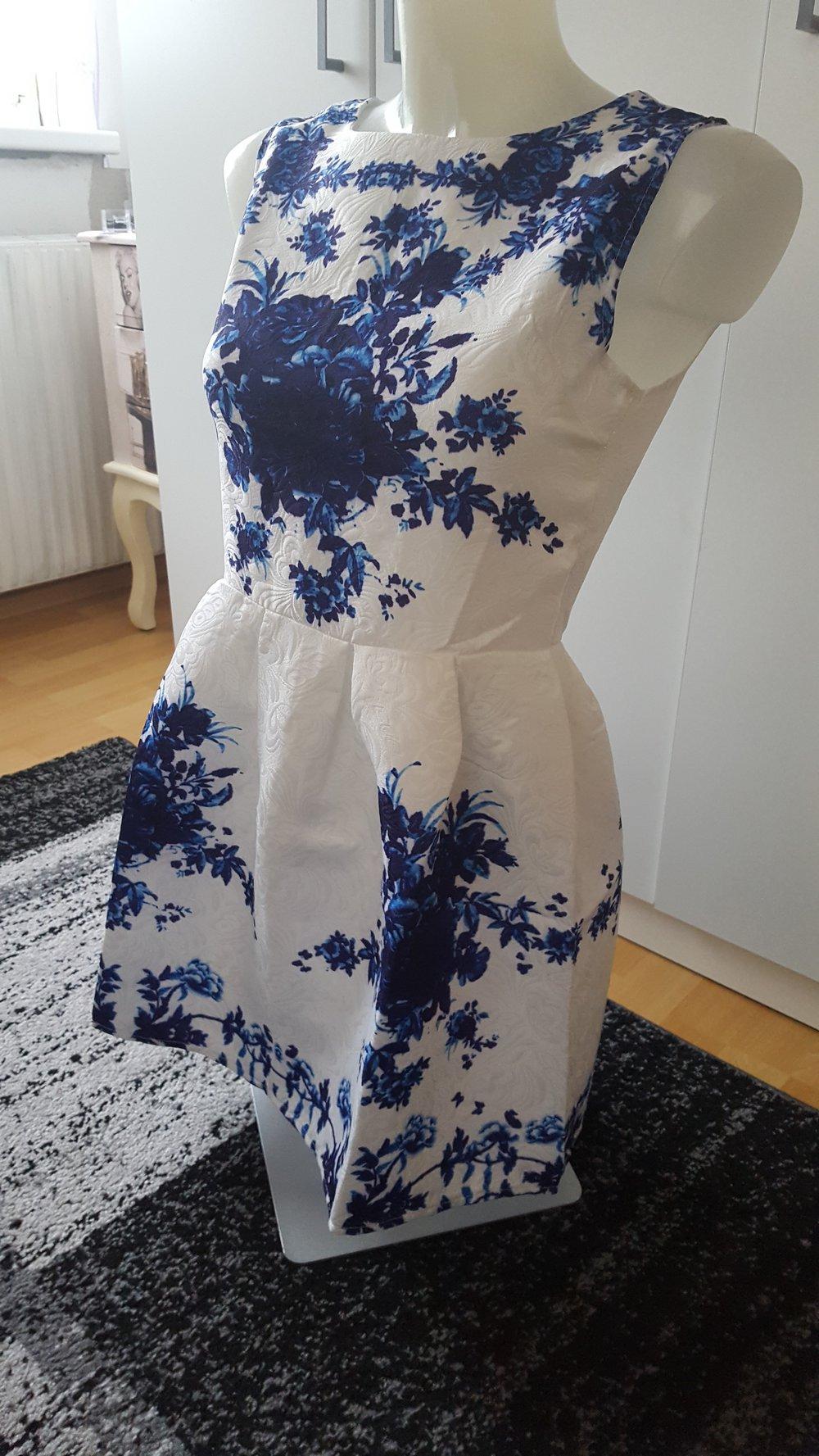 weißes kleid mit blaue blumen