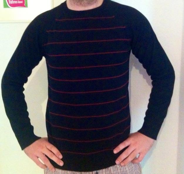 Schwarzer Herren Pullover mit roten dünnen Streifen
