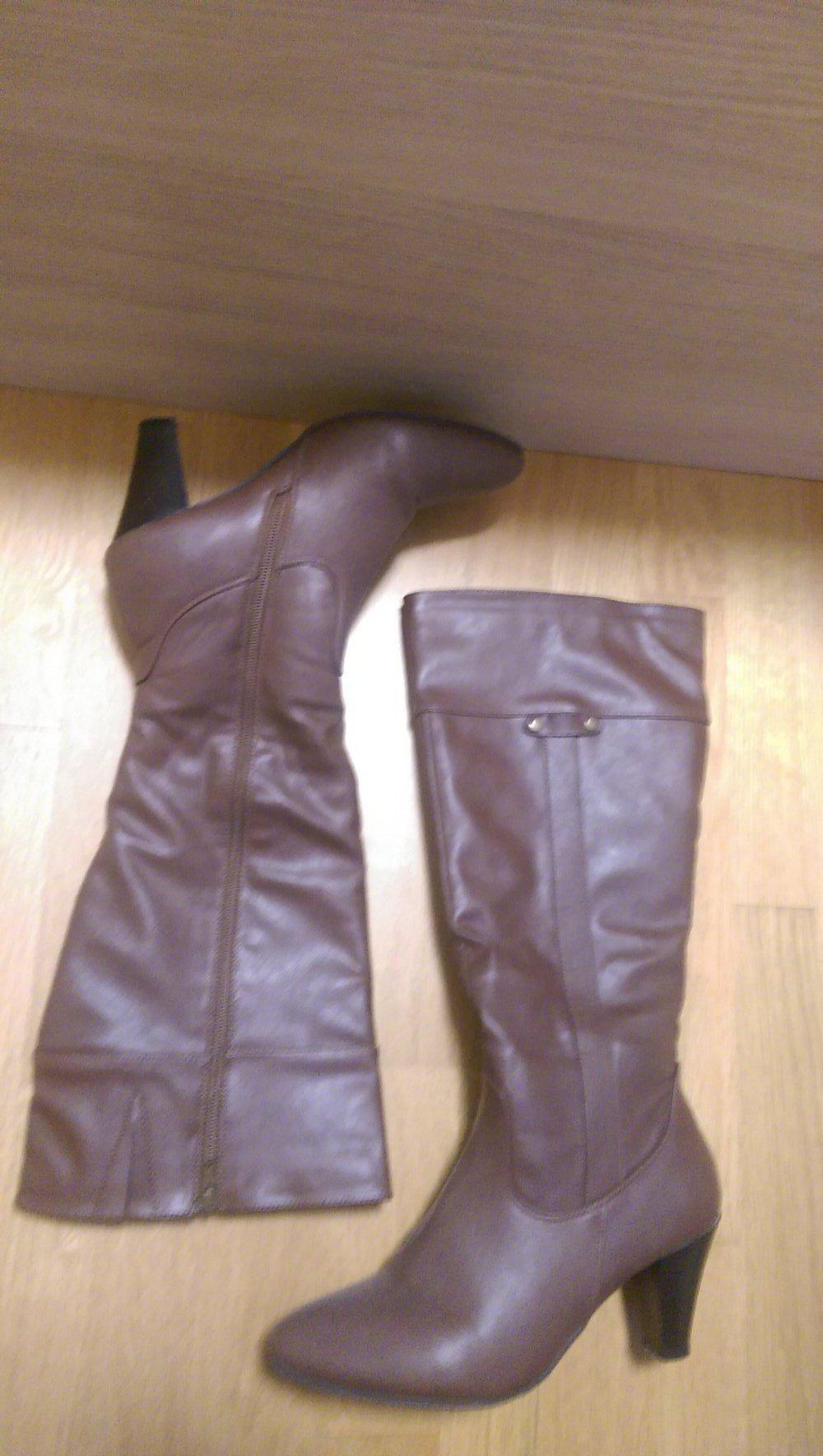 Braune Stiefel mit Keilabsatz neu