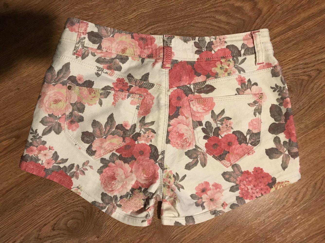 1a3c6931b89d ... Hotpants Shorts weiß mit rosa pink Blumen von Zara, Größe 34 ...