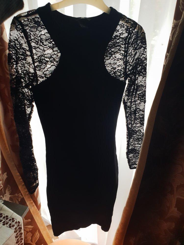 Eng anliegendes Kleid mit Spitze