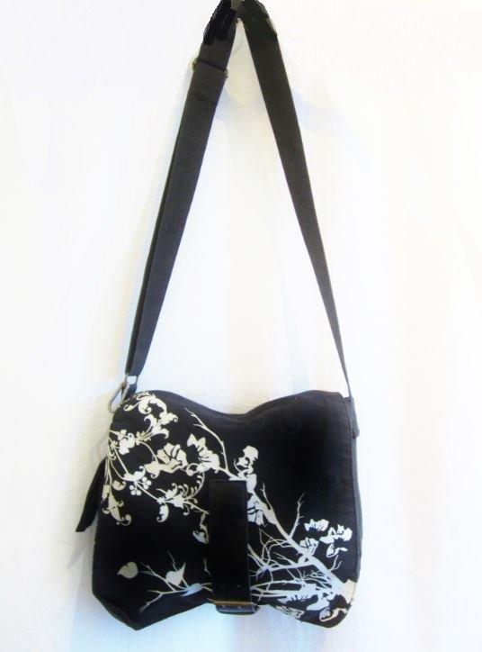 df94c5603bb47 NEUw! Tasche Umhängetasche Klappe schwarz Blumenmuster weiß 27 x 22 ...