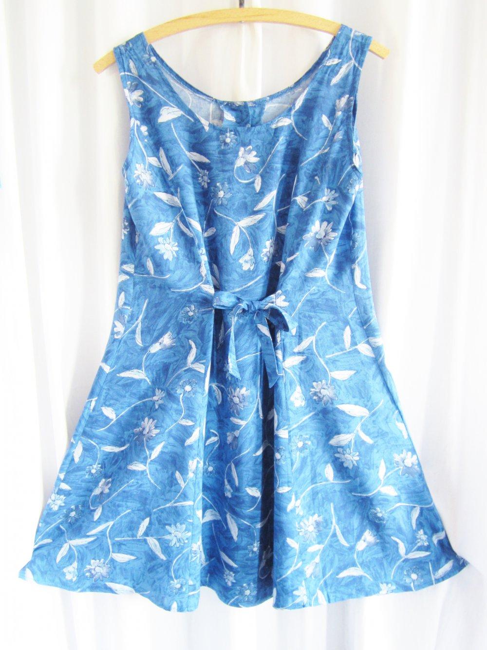 Kleid blau weib geblumt