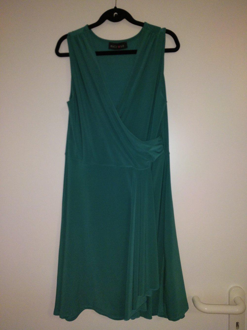 Smaragdgrünes Kleid mit Wickeloptik