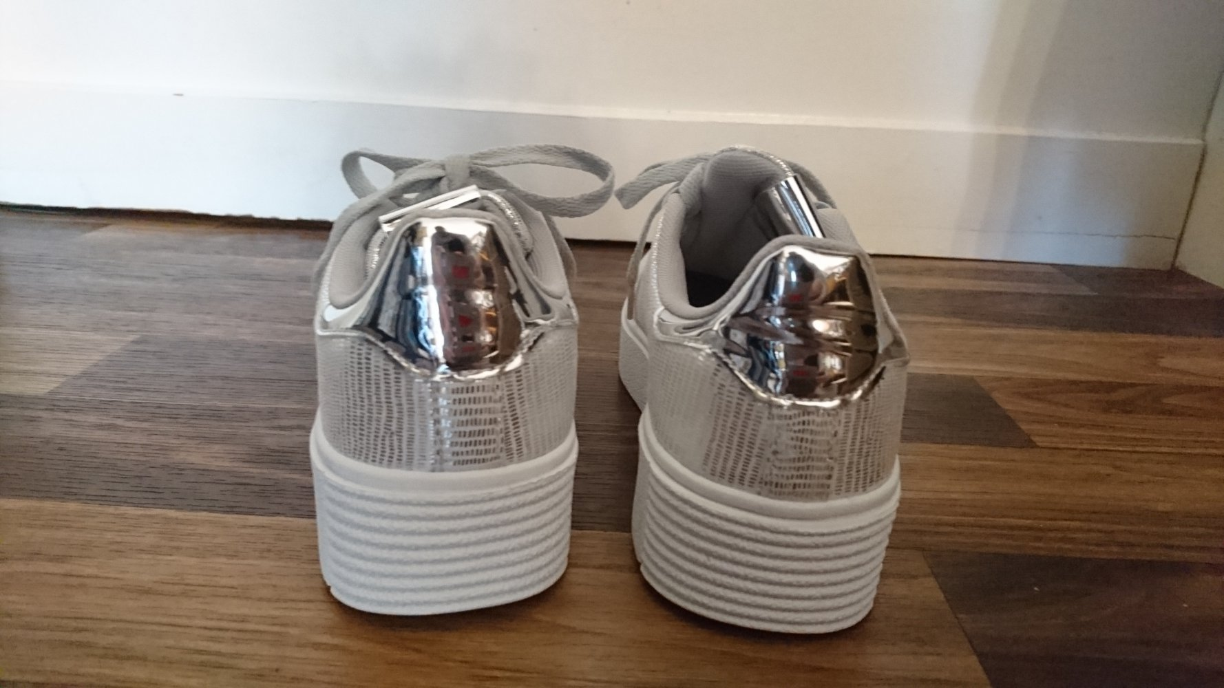 4ed77ac40ee0 Claudia Ghizzani - silber-weiße Sneaker, NEU    Kleiderkorb.de