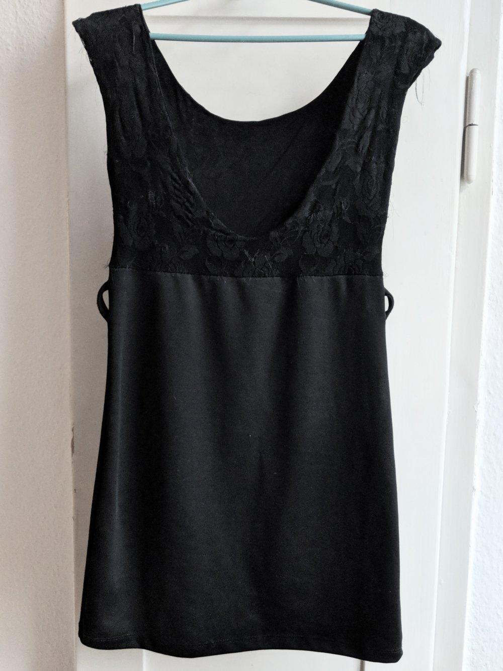 Schwarzes Kleid mit Spitze und weitem Rückenausschnitt ...