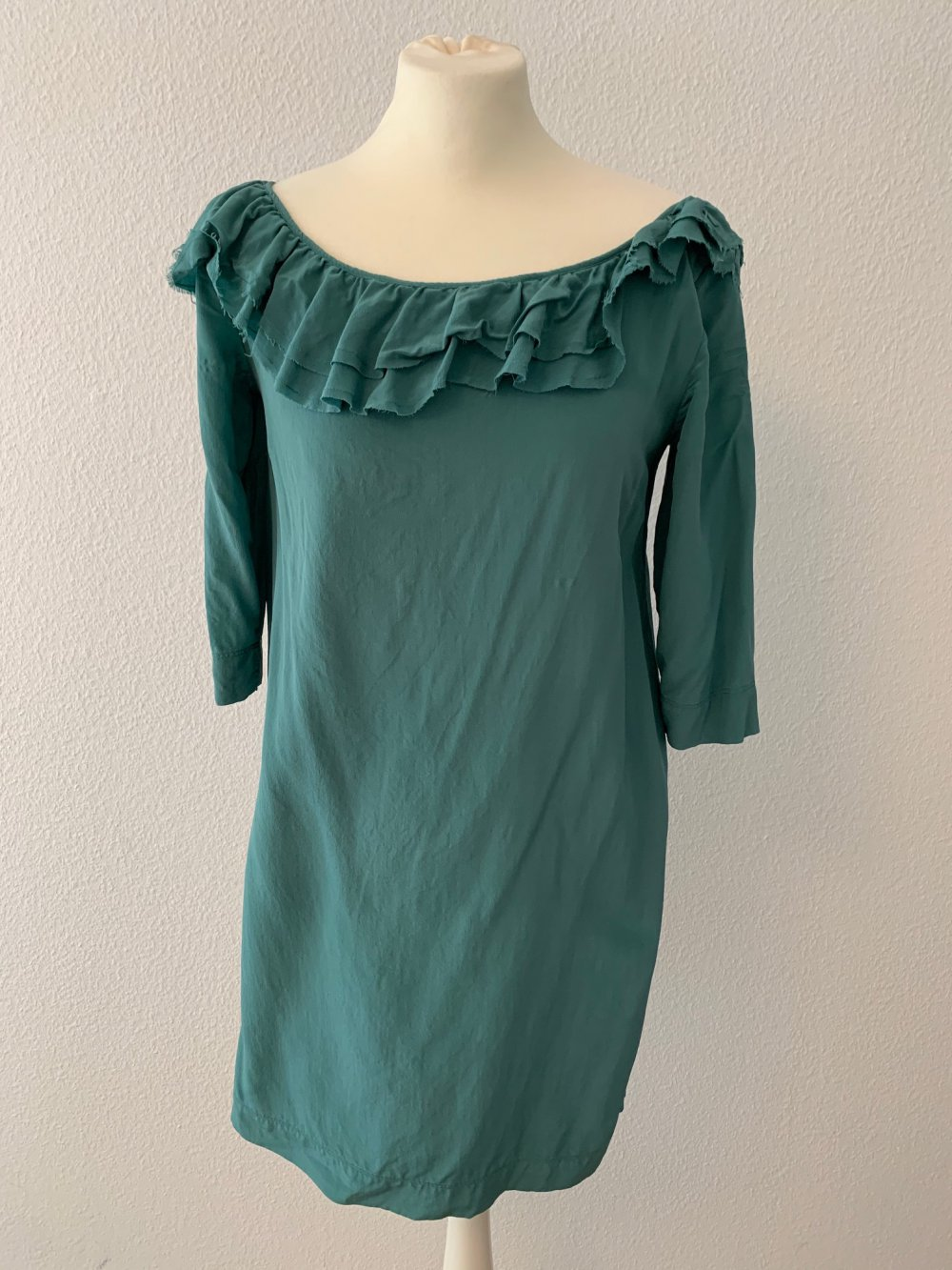 grünes kleid von e-go grün kleid mit rüschen kragen