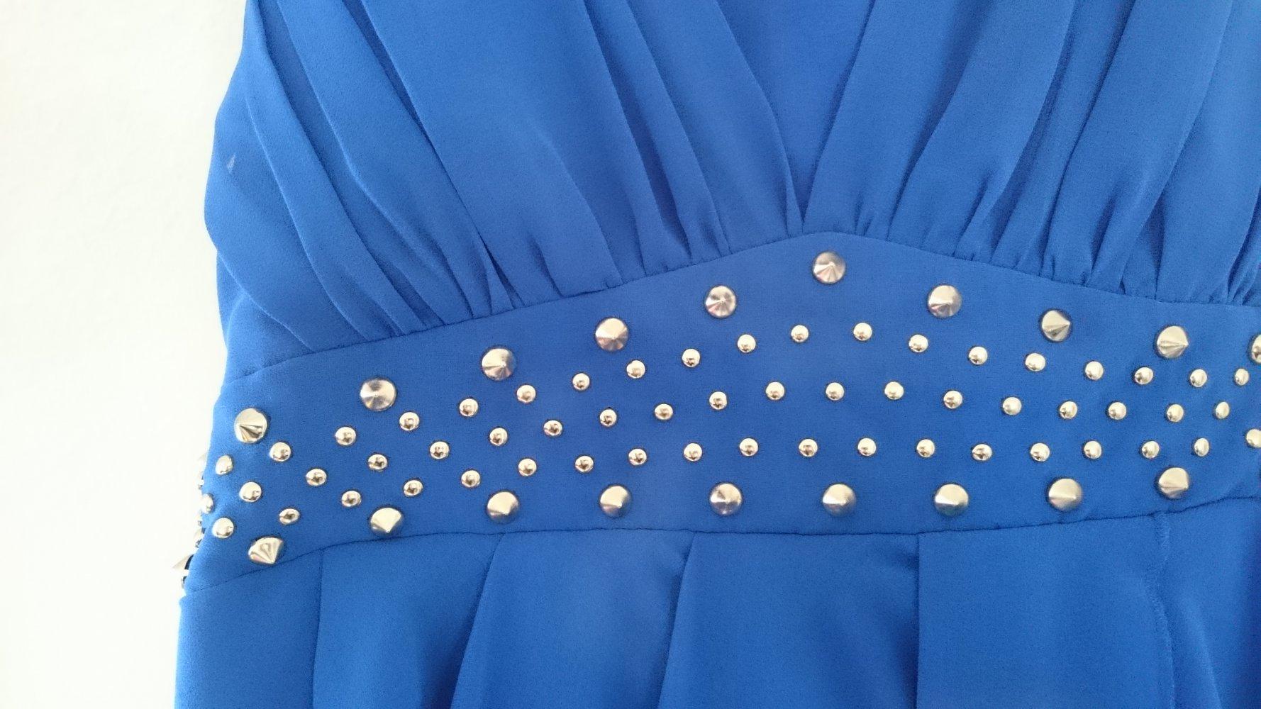 zauberhaftes kleid von vila in fließender optik