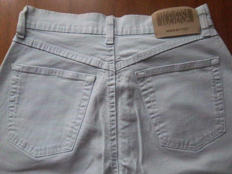 Schöne hellblaue Jeans mit hohem Bund Schöne hellblaue Jeans mit hohem Bund  ... 25fddd4b61