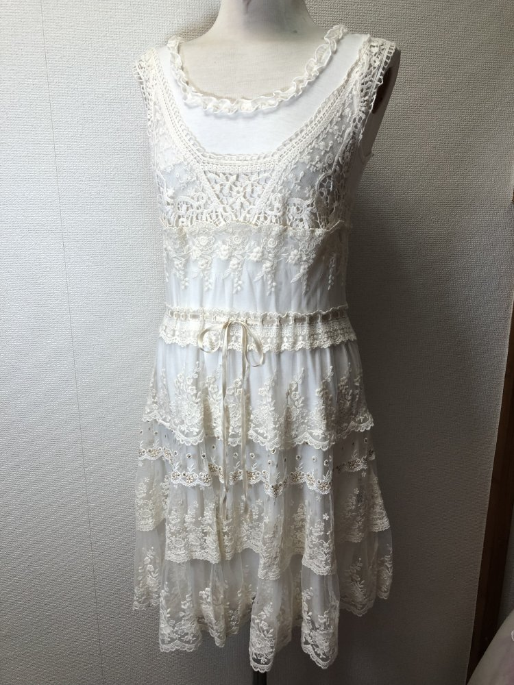 f72ce3d6762147 L'est rose - L'est rose Kleid aus Glitzer Spitze in weiß, Rüschen ...