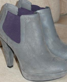Graue Stiefeletten mit violetten Seitendetails (bin mir nciht sicher, wie  man das sonst nennt  ) ) Sie wurden nur 2 Mal getragen. Ich gebe sie her,  ... 69daff4257