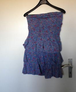 61440c7e7a6b0 blaues Kleid mit Blumenmuster ...