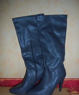 bc95b1457e7e9 magenta-farbenes Kleid graue Stiefel
