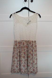 016ec02bcaebb1 Super süßes Kleid mit Spitze und Blumenprint ...