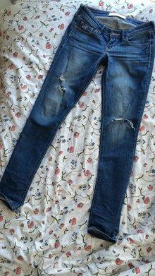 7be51d0507229 Beschichtete Leggings von Calzedonia Zerrissene Jeanshose von Hollister